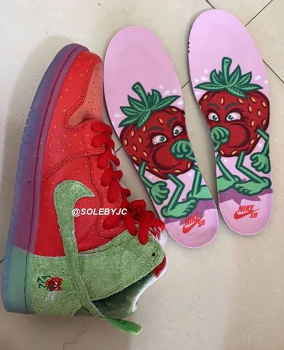 1583426794083_nike-sb-dunk-high-strawberry-cough-2-1.jpg