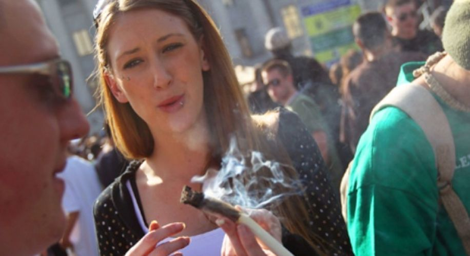Scientists Say the Legal Age to Start Smoking Weed Should Be 19, Not 21